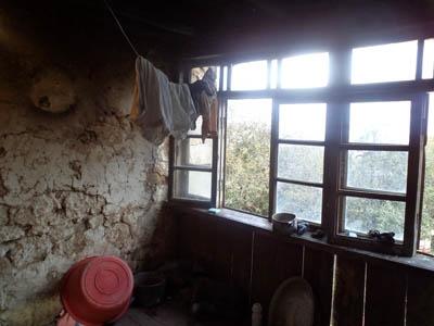 Հրամանատար Մազմանովի եղբոր աղջիկը միայնակ ապրում է կաթոցների տակ
