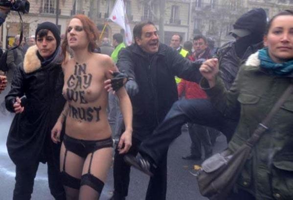 Փարիզում նույնասեռ ամուսնությունների դեմ բողոքողները ԾԵԾԵԼ ԵՆ  FEMEN-ի աղջիկներին