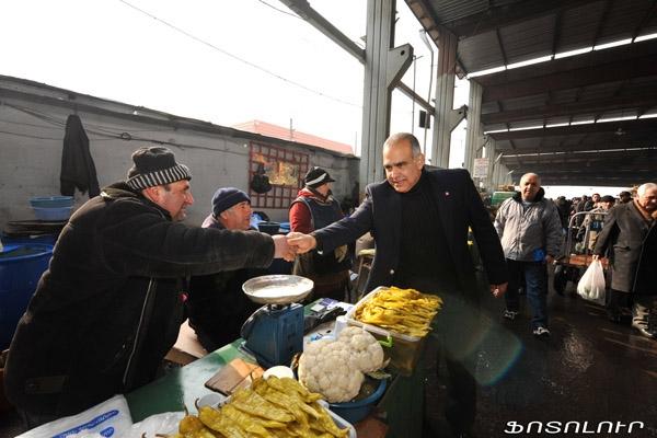 Ֆոտոռեպորտաժ այն մասին, թե ո՞ւմ հասցրեց այսօր բարևել Րաֆֆի Հովհաննիսյանը