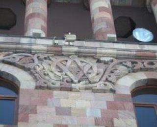 Մասսոնական նշան Հանրապետության հրապարակում` կառավարական շենքի վրա
