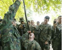 Զինվորները կոբրայի արյուն են խմում