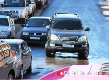 Ոստիկանության գնդապետը «գոլդ» համարանիշի «Լեքսուսով», խախտումներ կատարելով, «ճեմում» էր Երևանում