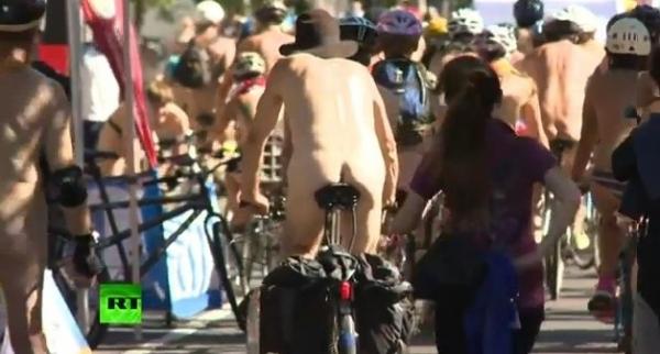 Մի խումբ մերկ մարդիկ`  հեծանիվների վրա