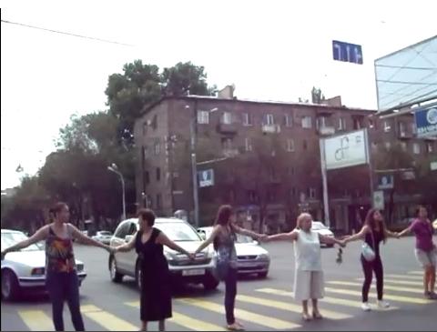 Կրկին փակել էին Կոմիտաս փողոցը. Բախում` բնակիչների և ոստիկանների միջև