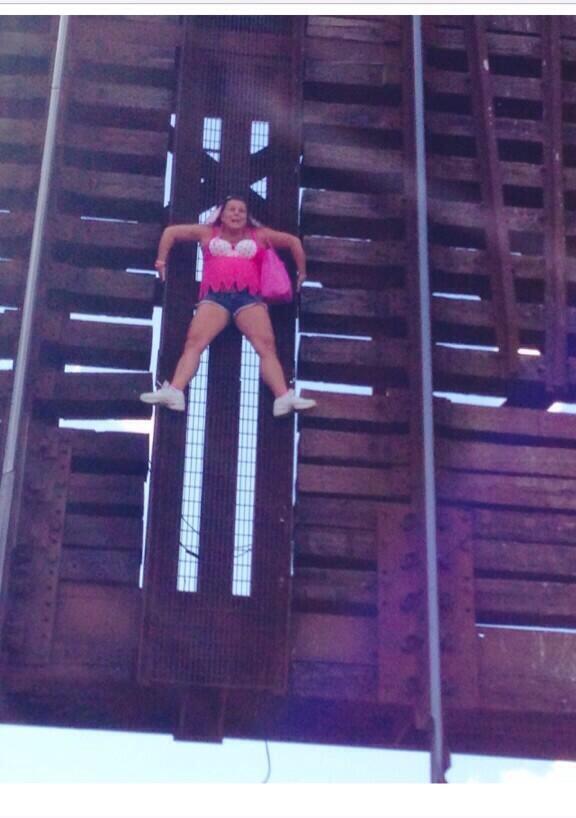 55-ամյա կինը կամրջից կախված է մնացել