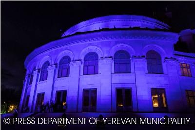 Օպերայի և բալետի ազգային ակադեմիական թատրոնի շենքն ապրիլի 2-ին կրկին կապույտ էր