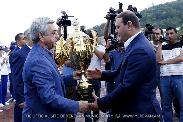 """Yerevan team won the first place in """"Best sport family 2015"""" competition and was awarded with the RA President's Cup"""