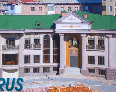 Գալուստ Սահակյանի եռահարկ շքեղ առանձնատունը՝ Տիգրան Մեծի հարթաքանդակով․ Լուսանկարներ