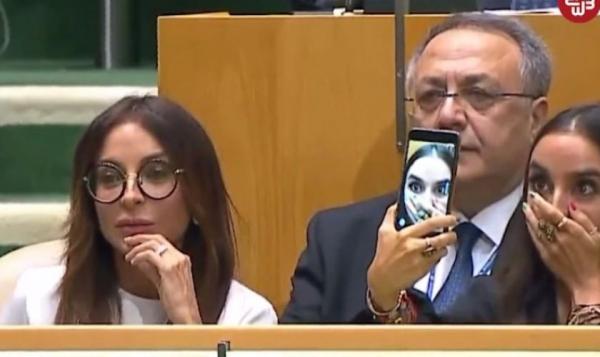 Лейла Алиева делает селфи в ООН во время выступления отца