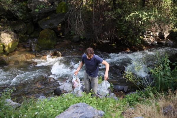 Ինչպես են օտարերկրացիներն աղբից մաքրել Գառնու տաճարի մոտով հոսող գետի տարածքը